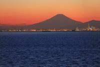 海ほたるPAより夕焼けの富士山を望む