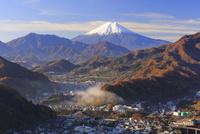 岩殿山より紅葉の大月市と富士山を望む
