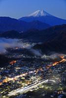 岩殿山より夜明けの大月市と富士を望む