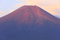 忍野村より赤富士を望む