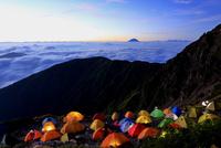 南アルプス北岳より夜明けのテント場と富士山を望む