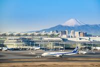 羽田空港国際線ターミナルと富士山2
