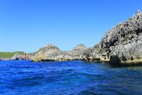 小笠原諸島南島・快晴の空と南島北東部の小島