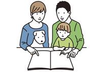 パンフレットを指差す家族 02754000003| 写真素材・ストックフォト・画像・イラスト素材|アマナイメージズ