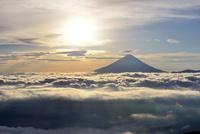 雲海に浮かぶ富士山と太陽