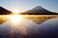 朝日に照らされる精進湖の気嵐と富士山 02759000058| 写真素材・ストックフォト・画像・イラスト素材|アマナイメージズ