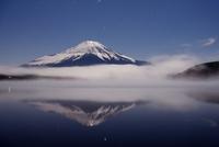 霧が漂う山中湖より望む夜の富士山と逆さ富士 02759000063| 写真素材・ストックフォト・画像・イラスト素材|アマナイメージズ
