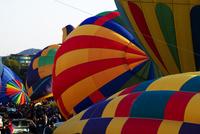 気球に熱気を吹き込み離陸準備をするホットエアバルーン