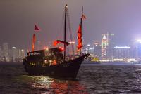 香港 夜景 ヴィクトリアハーバー 赤船 02764000150| 写真素材・ストックフォト・画像・イラスト素材|アマナイメージズ