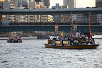 天神祭の船渡御 文楽船