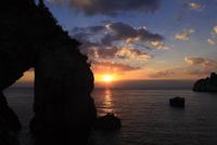立巌岩と夕日