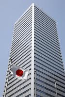 高層ビルと日本国旗