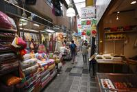 鶴橋商店街 02768000573| 写真素材・ストックフォト・画像・イラスト素材|アマナイメージズ