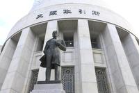 大阪(証券)取引所 五代友厚公像 02768001215| 写真素材・ストックフォト・画像・イラスト素材|アマナイメージズ