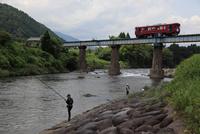 長良川の釣り人と長良川鉄道
