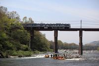 荒川の鉄橋を渡る秩父鉄道