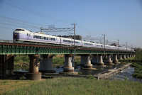 特急 「スーパーあずさ」多摩川の鉄橋を渡る
