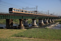 中央線 多摩川の鉄橋を渡る