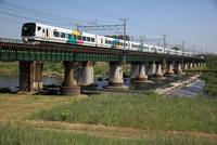特急 「あずさ」多摩川の鉄橋を渡る
