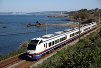 日本海に沿って走る特急「しらゆき」