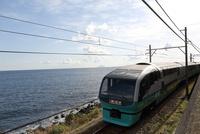 特急「スーパービュー踊り子」 伊豆の海沿いを走る