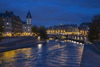 パリ市内を流れるセーヌ川の夕景