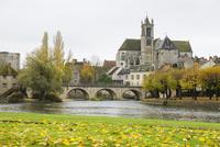 ロワン川沿いの紅葉とモレの街並み