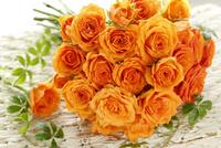 オレンジ色のバラのミニブーケ