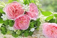 ピンクバラとホワイトスターの小さな花束