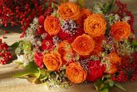 オレンジバラと赤バラのブーケ