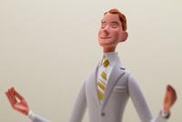 手を掲げているスーツの男性 02788000027| 写真素材・ストックフォト・画像・イラスト素材|アマナイメージズ
