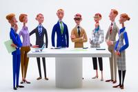 ミーティングテーブルを囲む8人のビジネスパーソン 02788000066| 写真素材・ストックフォト・画像・イラスト素材|アマナイメージズ