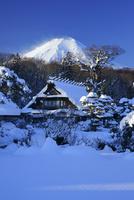 富士山と雪景色の忍野