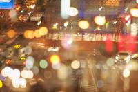 夜の市街を走る路面電車(とさでん交通)
