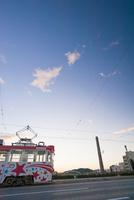 潮江橋を渡る路面電車(とさでん交通)
