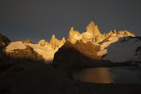 パタゴニアのチャルテン近郊トレス湖で望むフィッツロイ峰