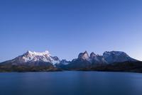 パイネ国立公園のペオエ湖畔で望む、パタゴニアのパイネ山群