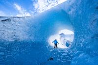 ビエドマ氷河の青い氷穴 02798000006| 写真素材・ストックフォト・画像・イラスト素材|アマナイメージズ