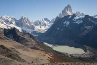 チャルテン付近の丘から望む、パタゴニアのフィッツロイ峰とセロトーレ峰