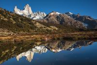 チャルテン付近の池に写り込む、秋のパタゴニアのフィッツロイ峰