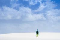 レンソイスの白砂の砂漠に佇む人と入道雲