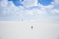 レンソイスの白砂の砂漠を歩く