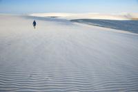 レンソイスの白砂の砂漠で砂丘に浮かぶ風紋と人 02798000061| 写真素材・ストックフォト・画像・イラスト素材|アマナイメージズ