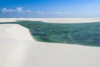 レンソイスの白砂の砂漠の風紋と湖