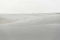 レンソイス砂漠の白砂のシーツのような砂丘と佇む人 02798000106| 写真素材・ストックフォト・画像・イラスト素材|アマナイメージズ