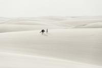 レンソイス砂漠の白砂のシーツのような砂丘を歩く 02798000107| 写真素材・ストックフォト・画像・イラスト素材|アマナイメージズ