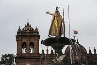 太陽の祭を祝うペルー・クスコのアルマス広場の大聖堂とインカ皇帝の像