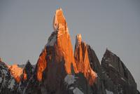 パタゴニアの針峰セロトーレの山頂部が日の出に赤く染まる