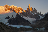 パタゴニアの針峰セロトーレが日の出に赤く染まる