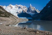 パタゴニアの針峰セロトーレと氷河湖